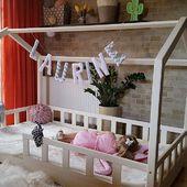 Poznajcie naszą bohaterkę Oliwię w swoim nowym kremowym łóżku w stylu skandynawskim. Ciii ponieważ śpi po całym popołudniu zabawy :) #housebed #housebeds #lozkodomek #lozkodomek
